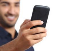 close-up-de-uma-mão-do-homem-usando-um-telefone-esperto-47091543