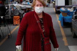 Idosas fazem compras na feira usando máscaras